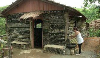 Atık şişelerden inşa ettiği evde yaşıyor